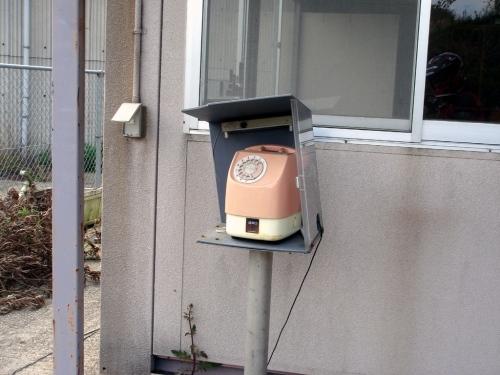 朽果てた施設にピンク電話